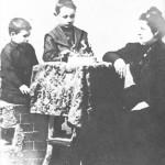 El pequeño Juan Domingo junto a su hermano Mario y su madre Juana Sosa en 1899
