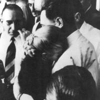 Evita recibe la Gran Medalla Peronista en grado extraordinario en manos de Perón y emocionada se abraza a él, 17 de octubre de 1951