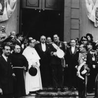 El Presidente de la Nación, general Juan Domingo Perón, el vicepresidente Hortensio Quijano y comitiva salen de la Catedral, luego de asistir al Tedeum del 25 de Mayo de 1948