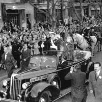 El general Perón y Eva Perón, se dirigen al Congreso de la Nación, donde Juan D. Perón prestará juramento al asumir la presidencia de la Nación por segunda vez, 4 de junio de 1952