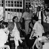 Perón concede una entrevista de prensa a un grupo de periodistas cubanos en la casa de su amigo José Dominador Bazán Colón, Paraná
