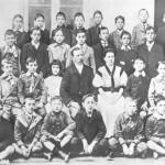 Juan Domingo junto a sus compañeros y profesores del Colegio Internacional de Olivos, donde ingresa en 1905