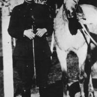 Subteniente Juan Perón con su caballo