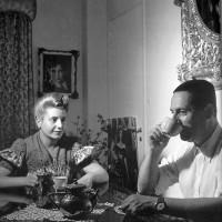 Peón y Eva tomando el té