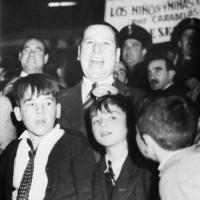 Perón junto a los niños en el Luna Park