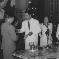 Perón premia a un trabajador, en reconocimiento a la lealtad, al esfuerzo y a la productividad, 4 de febrero de 1948