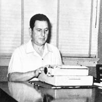 Sentado frente a la máquina de escribir en su habitación del edificio Central de Caracas