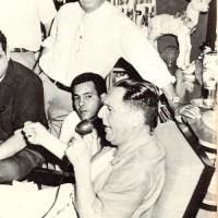 Perón dirige la palabra a un grupo de periodistas y camarógrafos en la casa de su amigo José Dominador Bazán, en Colón, Panamá
