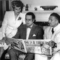 Perón y Evita, acompañador por el gobernador de la provincia de Buenos Aires, coronel Domingo Mercante, leen las noticias al cumplirse el primer aniversario del gobierno peronista