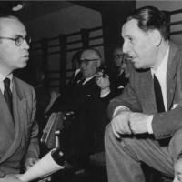 Perón conversa con un periodista en un encuentro deportivo