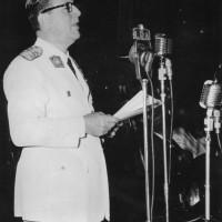 """El Presidente de la Nación, general Juan Domingo Perón, pronunciando su discurso en el Aula Magna de la Facultad de Derecho con ocasión de la inauguración del """"Año Sanmartiniano"""", enero 1950"""