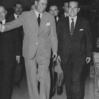 Perón acompañado de su comitiva recorriendo las instalaciones de una fábrica textil